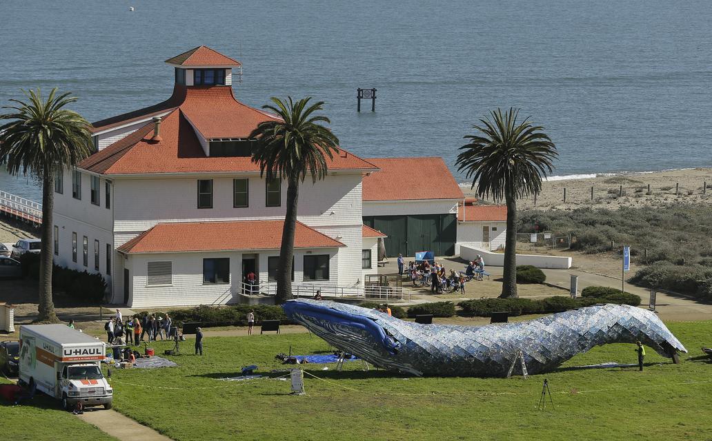 Életnagyságú hulladékbálna figyelmeztet a vízszennyezésre San Franciscóban