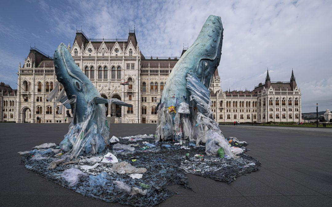 Életnagyságú bálnaszobrokkal figyelmeztet a Greenpeace a műanyagszennyezésre a Parlament előtt